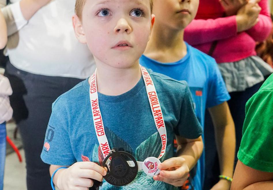 юный победитель с медалью