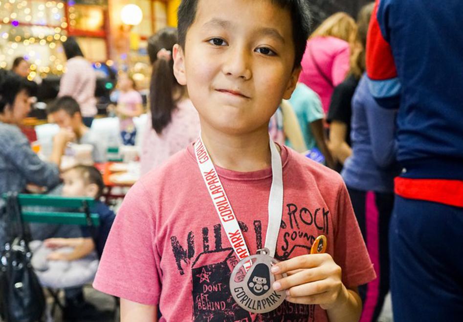 юный спортсмен со своей эксклюзивной медалью