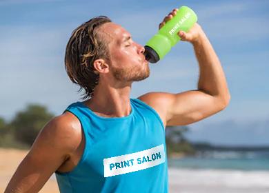 спортивные футболки и спортивные бутылки с печатью