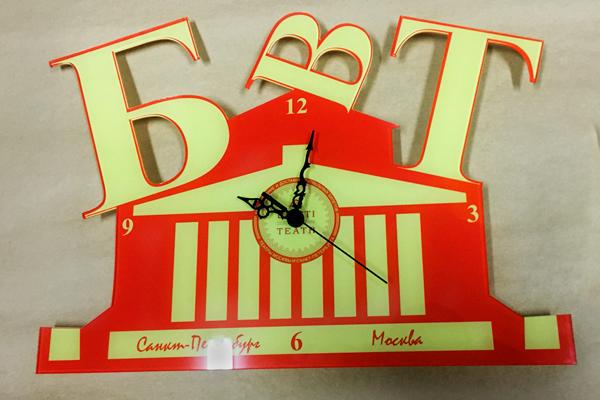 Настенные часы из акрила в форме логотипа