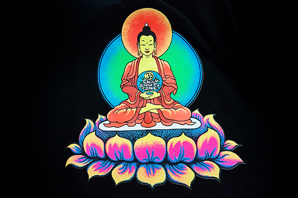 флуоресцентный принт на футболке